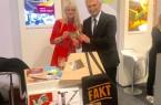 NRW-Wirtschaftsminister Prof. Dr. Andreas Pinkwart am ITB-Stand mit LWL-Kulturdezernentin Dr. Barbara Rüschoff-Parzinger. Foto: LWL
