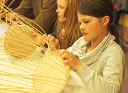 An den Feiertagen können Kinder im LWL-Freilichtmuseum Detmold wieder fleißig Osterkörbchen flechten. Foto: © LWL/Jähne