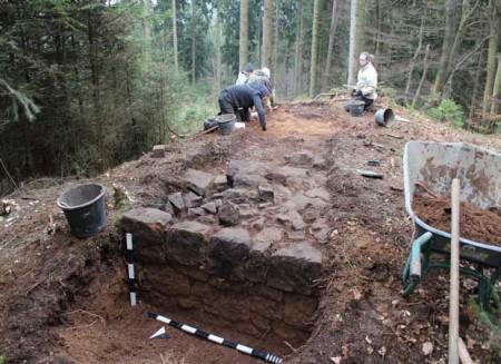 Die Archäologen haben bereits die massiv gemauerte Esse der Schmiede freigelegt. Foto: © LWL/Wolpert