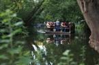 Auf dem Floß lässt sich die Löwenstadt von der Wasserseite aus entdecken.  (Foto: Braunschweig Stadtmarketing GmbH/Sascha Gramann)