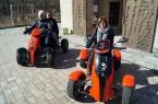 Jetflyer-Test: (v.l.) Tourenleiter Frank Korfsmeier mit Sarah Strickmann und Gabriela Lamm von Bielefeld Marketing. (© Bielefeld Marketing)