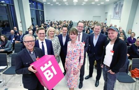 Bielefelder Markentag: (v.l.) Dr. Adolf Klenk (Dr. Wolff-Gruppe), Peter Pirck (Brandmeyer Markenberatung), Karin Schrader (Bürgermeisterin), Jörn Harguth (Dr. Wolff-Gruppe), Kati Bölefahr-Behrends (Bielefeld Marketing), Martin Knabenreich (Bielefeld Marketing), Marc Bator (Moderator) und Ralph Ruthe (Cartoonist).