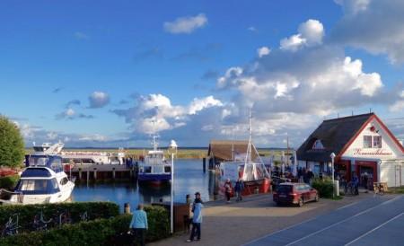 Ob Hafenrundfahrt, Bootsverleih, Kultur, Natur oder Gastronomie - maritime Vielfalt am Bodden bietet der Zingster Hafen. Foto: Klaus Ottenberg