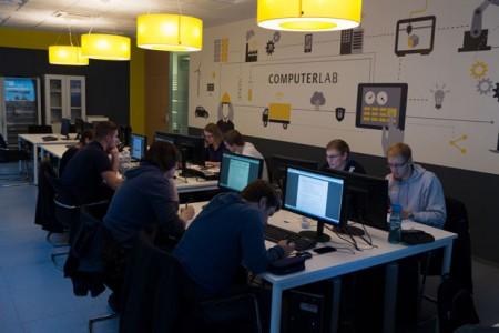 Studierende im Bereich Data Science lernen in Gruppen Lösungen für die smarte Fabrik oder Stadt zu entwickeln.