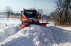 Ohne Räumfahrzeuge geht nichts: Schneeverwehungen blockierten am Wochenende zahlreiche Straßen in Nordlippe, wie hier die Hummerbrucher Straße im Extertal kurz hinter Alverdissen.  Foto: © Kreis Lippe