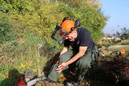 Bei Forstarbeiten im Wald sind Unfälle schnell passiert – besser man ist mit dem Erste-Hilfe-Kurs der Johanniter darauf vorbereitet.