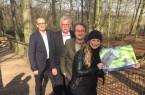 Im Wolfsgehege (v.r.): Sarah Jonek (Fotografin), Herbert Linnemann (Tierparkleiter) und die beiden Geschäftsführer der Stadtwerke Bielefeld, Martin Uekmann und Friedhelm Rieke. Foto: Yvonne Liebold