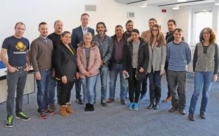 Bürgermeister Theo Mettenborg (hinten Mitte) begrüßte Kursteilnehmerinnen und -teilnehmer aus Syrien, Kasachstan, Irak, Iran, Polen, Tschechien, Moldawien und Rumänien mit Kursleiterin Jaqueline Siebigs (rechts) im Rathaus.