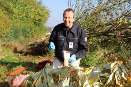 Johanniter-Ausbilder Jens Hollmann zeigt, wie Erste Hilfe im Wald funktioniert.