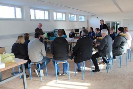 Carsten Kießler, zdi-Zentrum Lippe.MINT (stehend, links) erklärt das System UMT im Erfahrungsraum MINT.