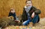 Carlo (links) und Roby heißen die Kaninchen im Zoo Safaripark willkommen. Foto: © Pressestelle Zoo Safaripark