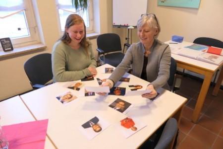 Besprechen das neue Angebot: die Leiterin des Treffpunktes, Rabea Raschke (links), und Kursleiterin Gunhild Kresse.