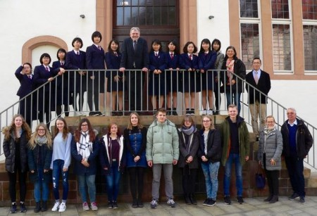 Die Gäste aus Japan mit ihren deutschen Gastgebern wurden von Bürgermeister Dr. Reiner Austermann im Rathaus empfangen. (Foto: Stadt Lemgo)