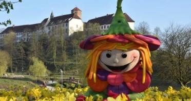 Das Maskottchen der 6. Niedersächsischen Landesgartenschau vor dem 1.000 Jahre alten Schloss Iburg., © Imma Schmidt