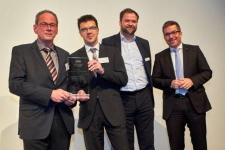 Bildunterschrift: Rainer Wiedemann und Bertin Neubert von Füngers Feinkost nehmen die Auszeichnung entgegen. Es freuen sich mit ihnen: Niels Köstring von AUBI-plus und Michael Knee von der Volksbank Neckartal (v.l.n.r.) © Ahrens + Steinbach Projekte