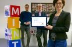 Präsentieren das Buchungstool, dem ein neuer Anstrich verpasst wurde (v. l.): Matthias Vinnemeier (Koordinator des zdi-Zentrums pro MINT GT), Albrecht Pförtner (Geschäftsführer der pro Wirtschaft GT) und Marion Lauterbach (Buchungstool & MINT-Fonds).