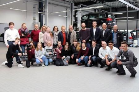 Klappe…und Action: Die Schülerinnen und Schüler konnten beim Autohaus Thiel ihrer Kreativität freien Lauf lassen (Foto: Stadt Rheda-Wiedenbrück).