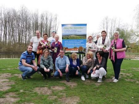 Freuen sich die neue Wanderkarte präsentieren zu können: Die Arbeitsgemeinschaft 'Weg für Genießer' und die Gastronomen der Partnerbetriebe am Wegesrand.