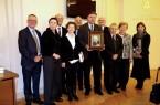 Auf dem Foto sehen Sie Bürgermeister Rainer Heller (3. Von links), Britta Storost (4. von links, Nichte von Vydunas), Pfarrer Miroslav Danys (Mitte vorne mit einem Porträt von Vydunas) ) mit Mitgliedern der Vydunas-Gesellschaft bei der Gedenkveranstaltung in Vilnius/Litauen