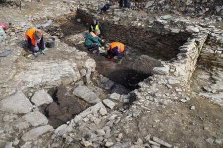 Dieser mittelalterliche Hauskeller wurde in den Kalkstein hineingeschlagen. Foto: Archäologie am Hellweg e.G./ E. Manz