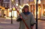 Der Nachtwächter Hugo nimmt die Besucherinnen und Besucher mit auf einen abendlichen Streifzug durch das Magniviertel. (Foto: Braunschweig Stadtmarketing/Sascha Gramann)