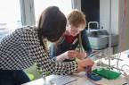 Beim Experimentieren war nicht nur strategische Problemlösung, sondern auch handwerkliches Geschick gefragt.Foto (Universität Paderborn, Kamil Glabica)