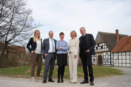Die Projektpartner vertreten durch (v. l. n. r.) Lisa Niemann (LWL-Freilichtmuseum Detmold), Matthias Löb (Vorsitzender Westfälischer Heimatbund), Dr. Silke Eilers (Geschäftsführerin Westfälischer Heimatbund), Yvonne Huebner (Geschäftsführerin Lippischer Heimatbund) und Dr. Albert Hüser (Vorsitzender Lippischer Heimatbund) im LWL-Freilichtmuseum Detmold. © LWL/Karen Stuke