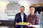 """Stephan Austermann (r.) führte Bürgermeister Theo Mettenborg durch den Betrieb und Hofladen von """"Fish'n Smoke""""."""