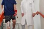 Prof. Rolf Haaker freut sich, dass sein Patient Günter Vandieken zwei Tage nach der Knieoperation bereits Treppenstufen laufen kann.