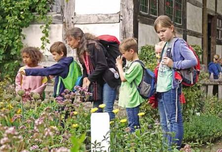 """Wer singt denn da? Bei einem """"Ausflug in die Welt der Vögel"""" lernen Kinder die häufigsten Singvögel kennen. © LWL/Jähne"""