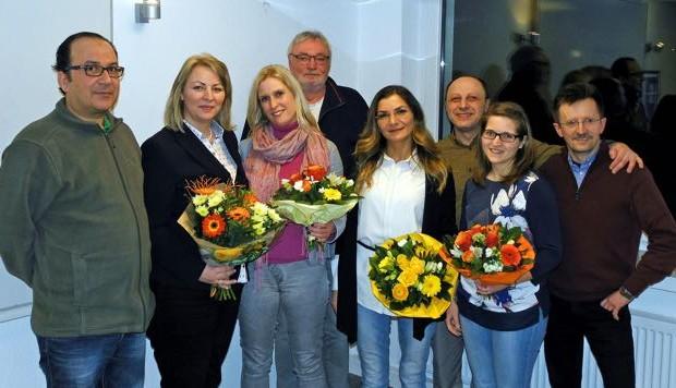 Mit Blumen bedankte sich die Vätergruppe bei den Referenten (v. l.): Looqmann Rabee (Vätergruppe), Margit Monika Hahn (Kreis Lippe), Ilka Wächter (Ausländeramt), Günther Kaiser (Vätergruppe), Zeycan Yesilkaya und Jenny Kaczmarczyk (beide Netzwerk Lippe), Hasan Özcan und Jörg Rekemeier (beide Vätergruppe).