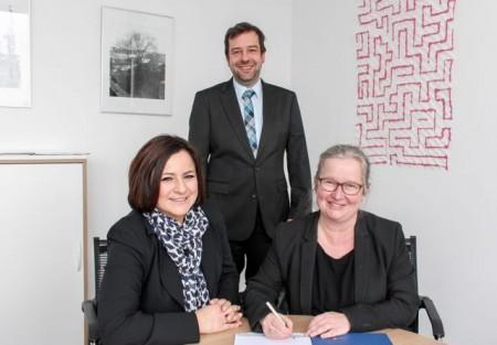Vertragsunterzeichnung für den Hochleistungscomputer: (v. l.) Nurcan Rasig (Firma Cray), Prof. Dr. Christian Plessl und Simone Probst.Foto:Universität Paderborn, Johannes Pauly