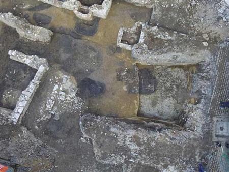 Das Luftbild eines Teils der Grabungsfläche zeigt neben den Mauern von Kellern und Parzellengrenzen auch die dunklen Verfärbungen der hochmittelalterlichen Gruben und Pfostenlöcher. © Eggenstein/Exca, R. Gündchen