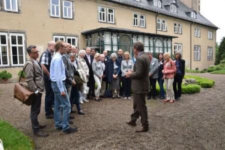Stephan Prinz zur Lippe führte die westfälischen DNK-Preisträger durch das Detmolder Schloss und den Schlosspark. Foto: LWL/Bonnermann