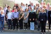 Bringen gemeinsam mit den Teilnehmern des Arbeitskreises die interkulturelle Pädagogik durch gelebte Vielfalt voran (erste Reihe von rechts): Anika Eltgen (Netzwerk Lippe), Margit Monika Hahn und Julia Prokofieva (beide Kreis Lippe). © Kreis Lippe