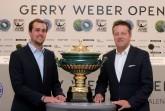 Turnierdirektor Ralf Weber präsentiert  den Siegerpokal, der auf den Champion der 26. GERRY WEBER OPEN vom 16. bis 24. Juni 2018 in HalleWestfalen wartet.  © GERRY WEBER OPEN (HalleWestfalen)
