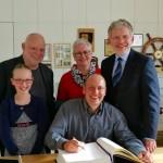 Dirk Stuckmann verewigt sich im Goldenen Buch der Stadt