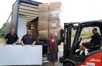 Anne-Lotte von Ledebur überwacht die Verladung der fünf Tonnen Hilfsgüter. © Johanniter-Unfall-Hilfe e.V.