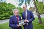 Interargem-Geschäftsführer Rainer Müller und der Heeper Bezirksbürgermeister Holm Sternbacher (links) freuen sich über die neue Webseite der Interargem. Foto: Sarah Jonek