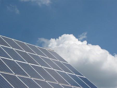 Mit Photovoltaik-Anlagen wie dieser können Hauseigentümer ihren eigenen Strom produzieren und bares Geld sparen. (© DSK Deutsche Stadt- und Grundstücksentwicklungsgesellschaft)