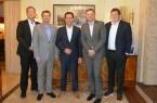 Bildunterschrift: Freuten sich nach der Vertragsunterzeichnung über die zukünftige Zusammenarbeit: Fabian Hoppe, Michael Matthesius, Achim Schreck, Jörg Timmermann und Jochen Rafalzik (v.l.n.r.). © Weidmüller Gruppe