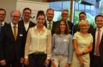 Beschäftigten sich mit der Frage, welche Chancen Europa für den Kreis Gütersloh bietet. (v.l.): Siegbert Geldner (Paul Craemer GmbH), Andre Kuper, Landtagspräsident NRW, Stephan Neitzel, Cara Eversmann, Loreen Neugebauer (alle Berufskolleg Halle), Aart de Geus (Bertelsmann Stiftung), Ulrich Lünstroth (Bertelsmann SE & Co. KGaA), Christine Etrich (WDR), Volker Ervens (Wirtschaftsinitiative Kreis Gütersloh e.V.), Michael Meyer-Hermann (Stadt Versmold).