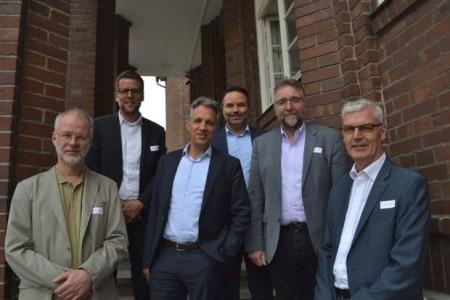 Diskutierten über die Auswirkungen der Digitalisierung für die Bildung (v. l.): Prof. Dr. Jörn Loviscach (FH Bielefeld), Matthias Vinnemeier (pro Wirtschaft GT), Dr. Jörg Dräger (Bertelsmann Stiftung), Tobias Himmerich (Moderation), Martin Fugmann (Evangelisch Stiftisches Gymnasium Gütersloh) und Albrecht Pförtner (pro Wirtschaft GT). © pro Wirtschaft GT GmbH