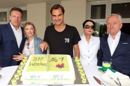 Bereit für die Titelverteidigung: GERRY WEBER OPEN-Rekordchampion Roger Federer (Mitte) wurde am Montagnachmittag von Turnierdirektor Ralf Weber (links) und seiner Ehefrau Irina (2. v.l.) sowie von Turnierinitiator Gerhard Weber und seiner Ehefrau Charlotte Weber-Dresselhaus vor dem GERRY WEBER SPORTPARK HOTEL begrüßt. Federer kam, wie auf der Gratulationstorte festgehalten, wieder als Nummer eins der Welt nach HalleWestfalen. © GERRY WEBER OPEN/HalleWestfalen