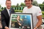 """ATP-Supervisor Miro Bratoev (links) zeichnete Tommy Haas für seine """"herausragende Karriere"""" aus. © GERRY WEBER OPEN/HalleWestfalen"""