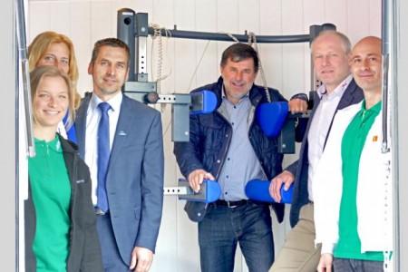 Das Team vom ACC Gesundheitsmobil führte die Messungen durch. Edeltraud Sander (2.v.l.), Bürgermeister Burckhard Schwuchow, Hans-Dieter Nolte (AOK Nordwest Paderborn) und Rüdiger Sander interessierten sich für die Maßnahmen.Foto: FTF Sander GmbH
