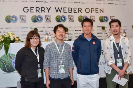 Das Team vom japanischen Pay-TV-Sender WOWOW filmt das Training von Japans Tennis-Superstar Kei Nishikori vor dessen Auftaktmatch gegen den Qualifikanten Matthias Bachinger. © GERRY WEBER OPEN/HalleWestfalen .