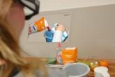 Die Adamaas-Brille unterstützt beispielsweise beim Backen. Dafür werden die Schritte virtuell eingeblendet. © CITEC/Universität Bielefeld