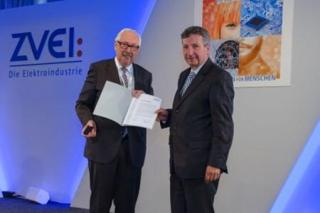 Michael Ziesemer, Präsident des Zentralverband Elektrotechnik- und Elektronikindustrie (li.), überreicht Weidmüller Aufsichtsratsmitglied Dr. Peter Köhler die Auszeichnung. Foto: ZVEI / Mark-Bollhorst)