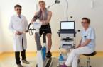 Herztest auf dem Ergometer: Andreas Voglsammer (Mitte) absolviert unter der Anleitung von Prof. Dr. Fikret Er (Chefarzt der Klinik für Innere Medizin I) und Jessica Hischke (medizinische Fachangestellte) ein Belastungs-EKG. © Klinikum Gütersloh